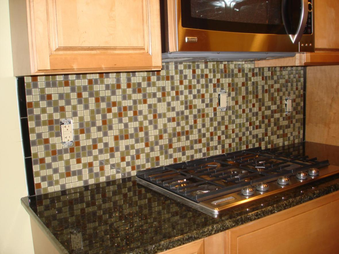 Glass mossaic kitchen backsplash